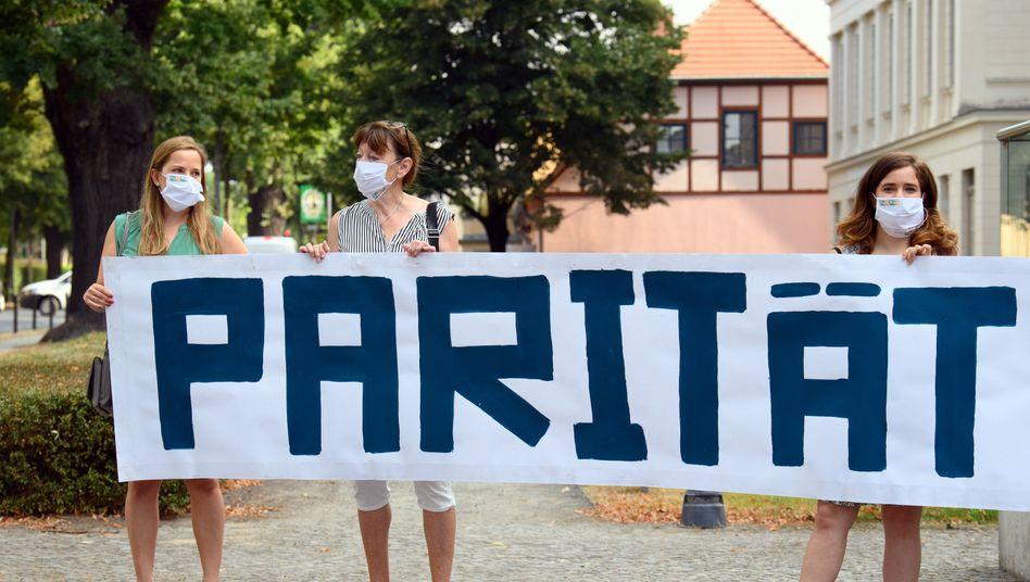 Demonstranten des Frauenpolitischen Rates Land Brandenburg e.V.