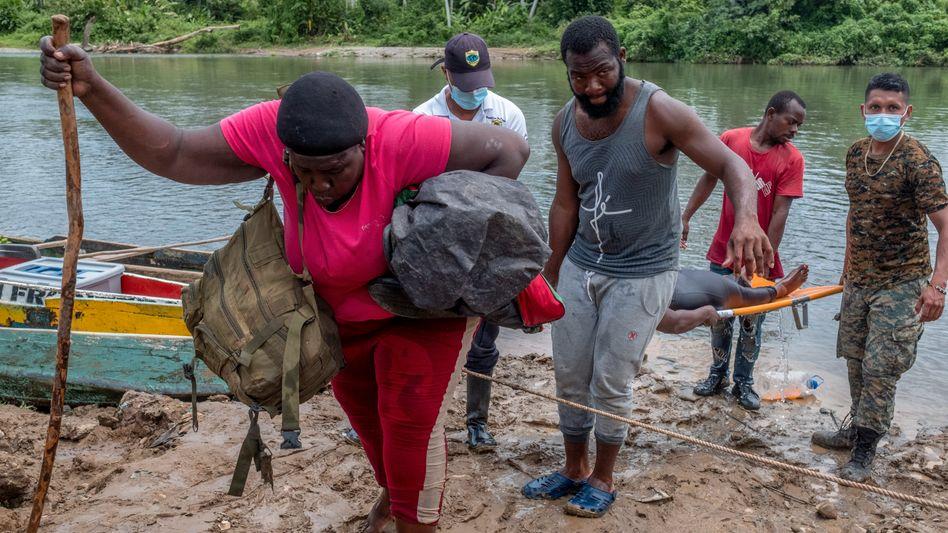 Völlig erschöpft: Migrantinnen aus Haiti erreichen nach der Durchquerung des Darién Gap das Dorf Bajo Chiquito