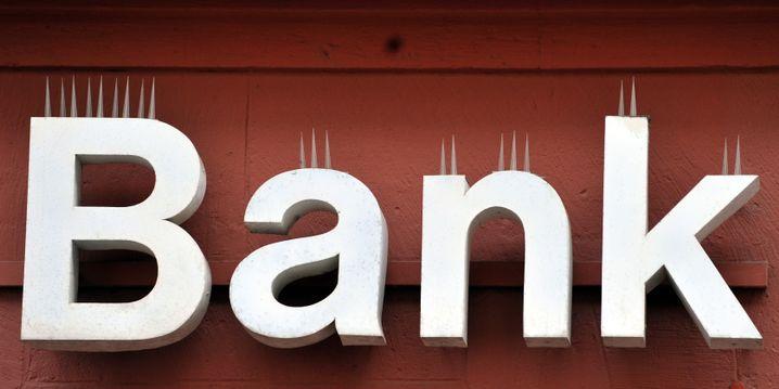 Taubenabwehr an Schriftzug einer Bank (Archivbild)