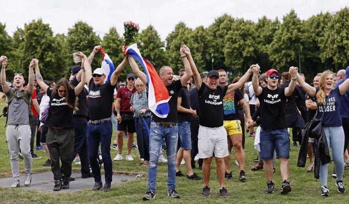Um gegen die Abstandsregeln zu protestieren, hielten viele Demonstranten sich an den Händen