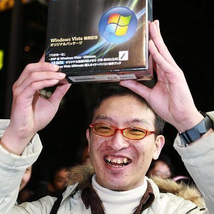 Zum Lachen schön: Ein Japaner freut sich über den Kauf des ersten Windows-Vista-Pakets in seinem Land