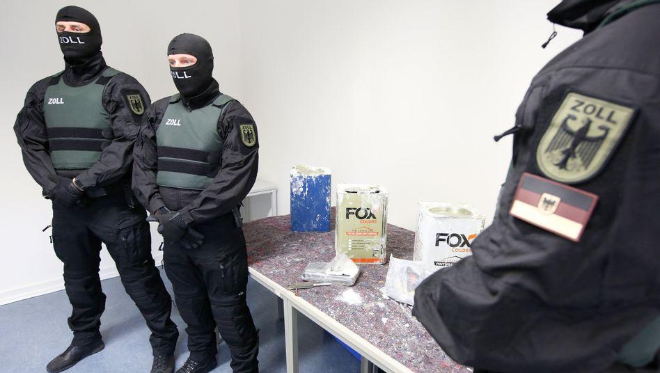 Zollbeamte in Hamburg präsentieren beschlagnahmtes Kokain, 24. Februar 2021