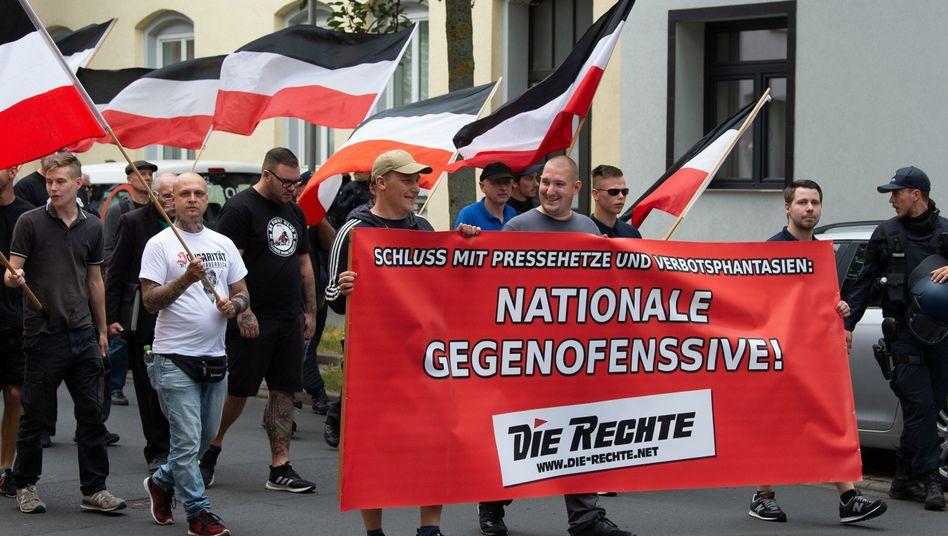 """Teilnehmer eines Demonstrationszugs der Partei """"Die Rechte"""" in Kassel"""