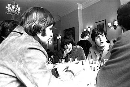Anstrengende Dreharbeiten: Erschöpfte Beatles bei der Mittagspause
