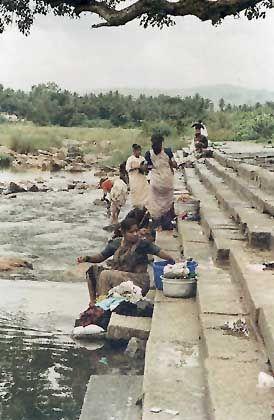 Frauen beim Wäsche waschen am Cauvery-Fluß in der Nähe von Mysore