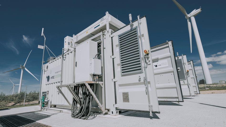 Die elektrische Energie aus den Windrädern wird in Bosbüll gleich an Ort und Stelle per Elektrolyse in Wasserstoff verwandelt.