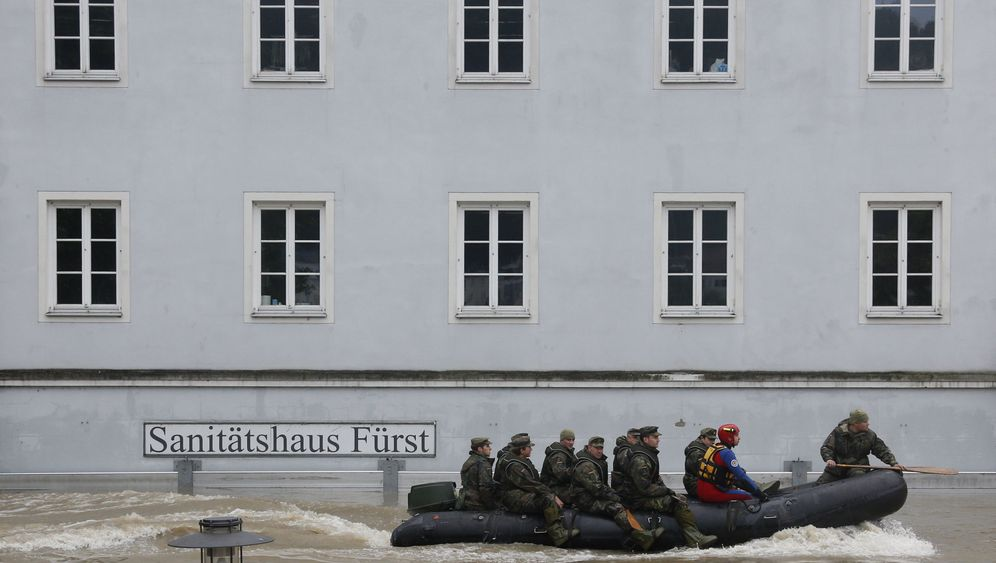 Photo Gallery: Merkel and the Army Battle Floods in Passau