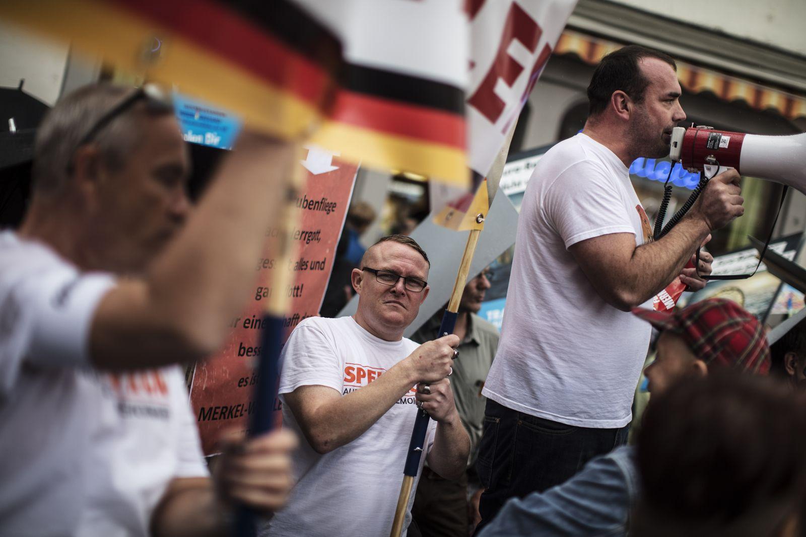 EINMALIGE VERWENDUNG SPIN SPIEGEL 37/2017 S.14 Angela Merkel faces AfD protestors in Torgau