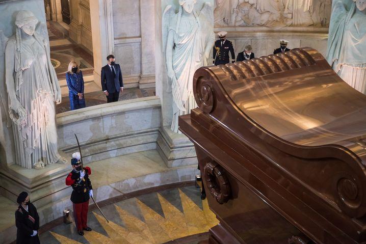 Frankreichs Präsident Emmanuel Macron und seine Frau Brigitte am Grab Napoleons im Invalidendom