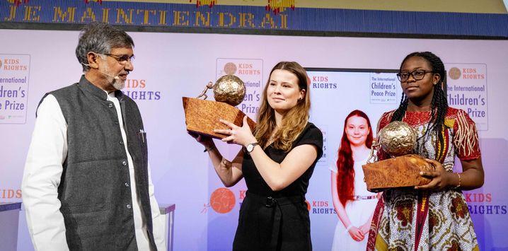 Divina Maloum (r.) und Luisa Neubauer bei der Preisverleihung in Den Haag