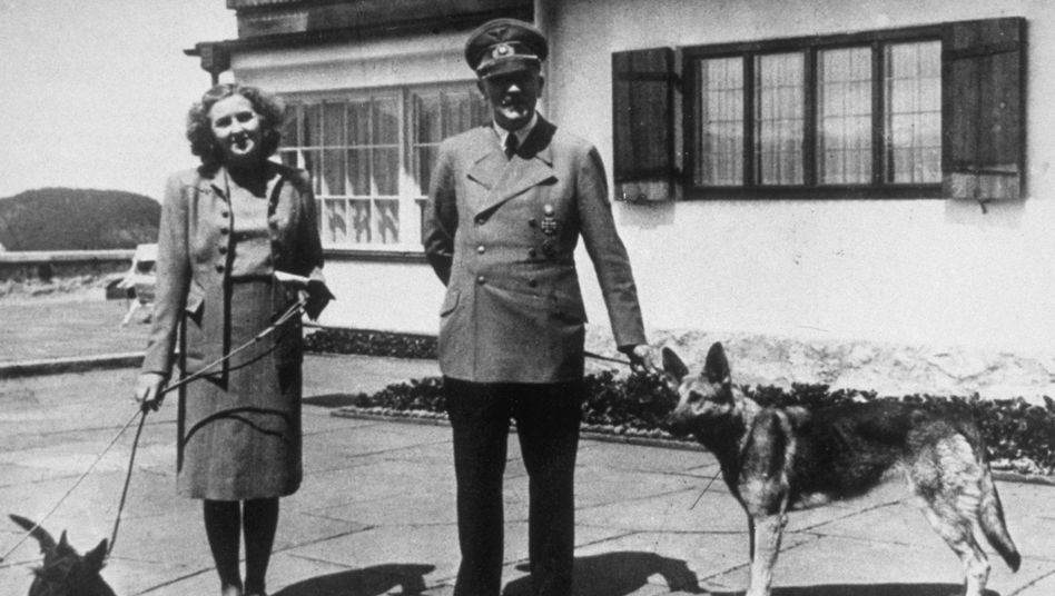 Circa 1940: Adolf Hitler mit Eva Braun