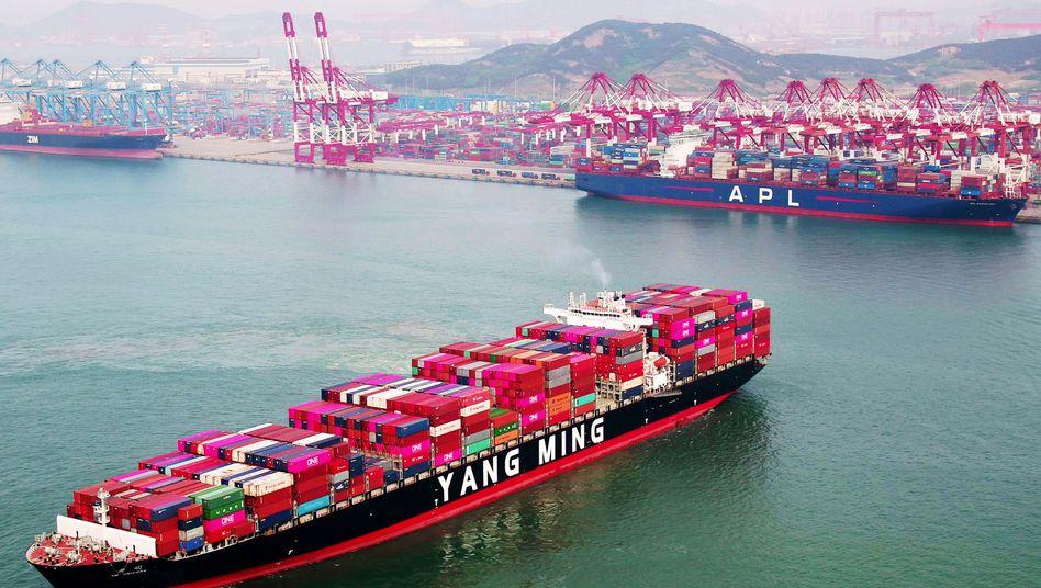 Containerschiff in chinesischem Hafen (Archivbild)