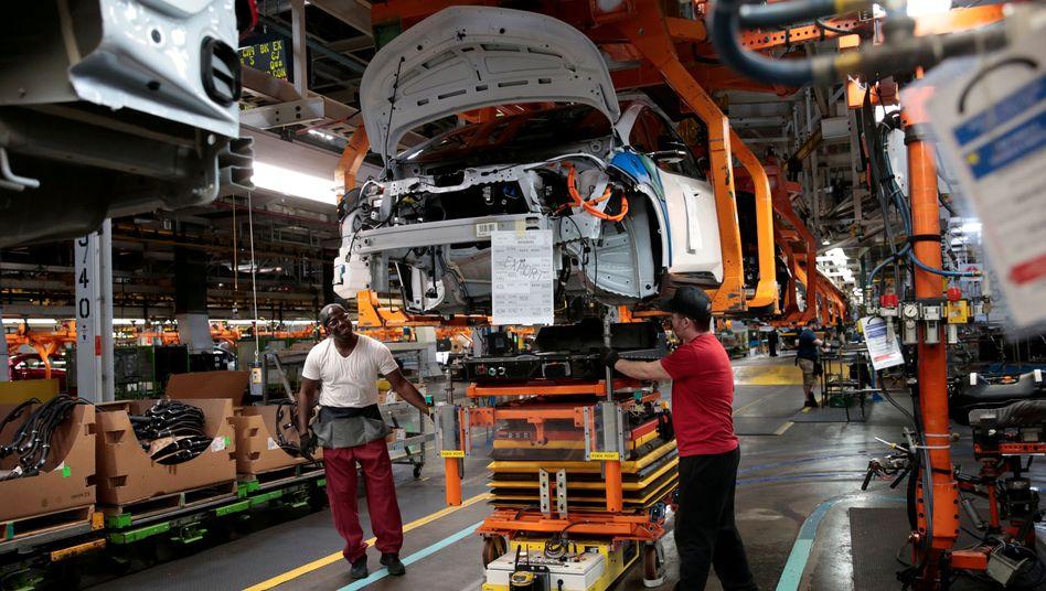 Soll ab 2035 zum Standard bei General Motors werden: Arbeiter montieren ein Batteriepaket eines E-Autos im GM-Werk in Lake Orion (Archivbild)