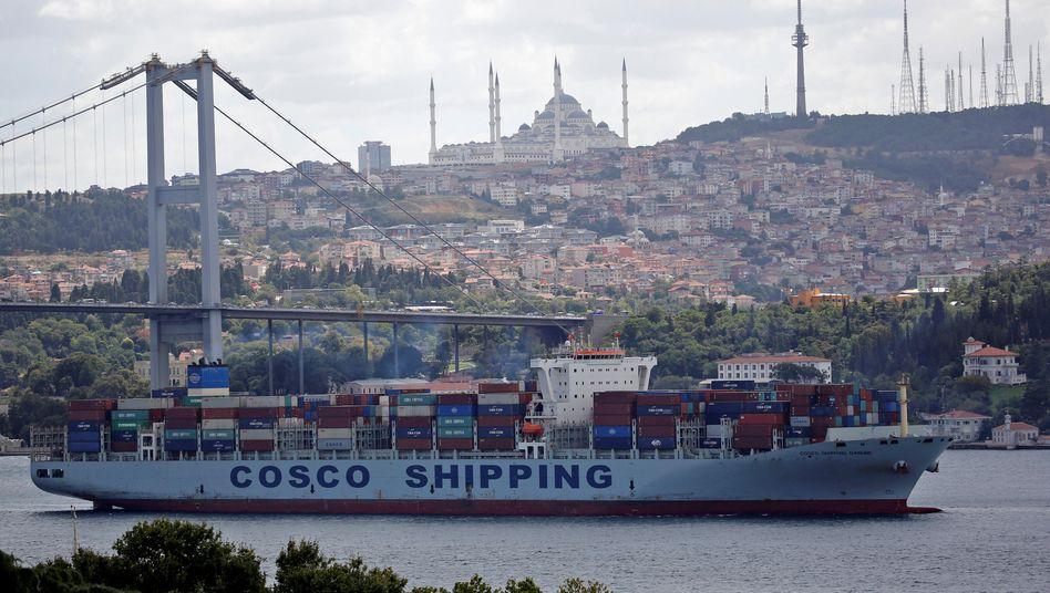 Containerfrachter auf dem Weg durch den Bosporus (Archivbild)