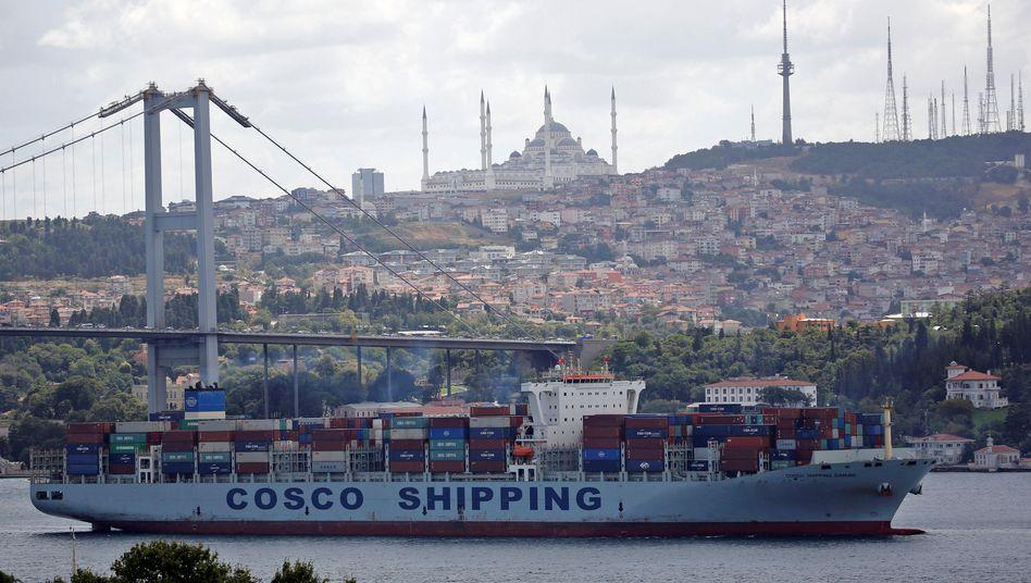 Containerschiff auf dem Bosporus