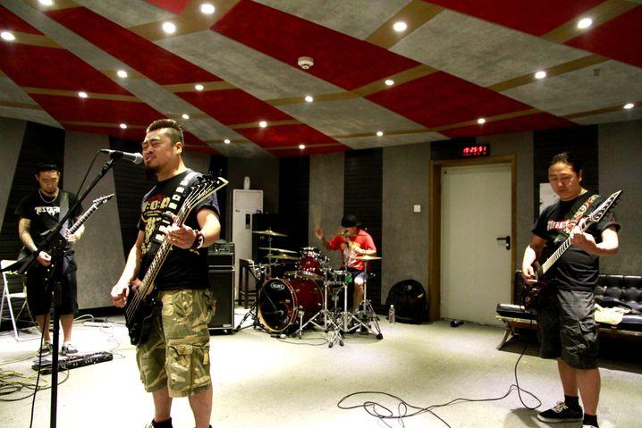 Proberaum im Bürokomplex: Kou Zhengyou (r.) und seine Band