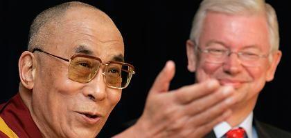 Roland Koch (r.) macht aus seiner Sympathie für den Dalai Lama kein Geheimnis: Natürlich gehört er zu den Politikern, die den Tibeter treffen