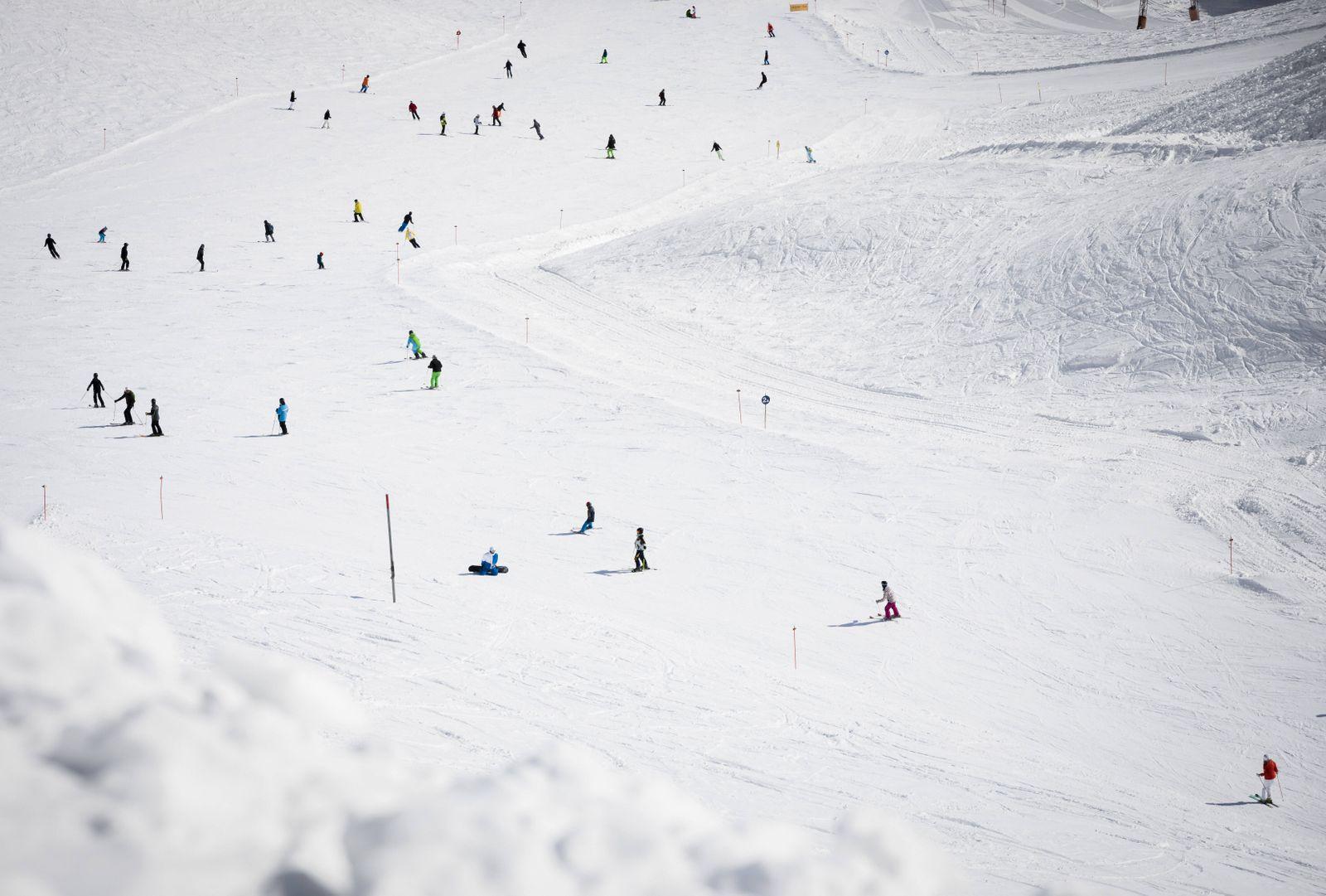 Viele SkifahrerInnen fahren die Zugspitze herunter. 26.02.2019. Garmisch Deutschland *** Many skiers descend the Zugspit