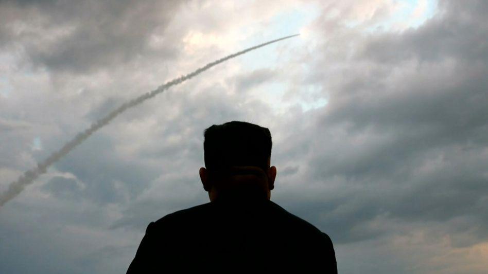 Aufnahme des nordkoreanischen Staatsfernsehens: Kim Jong Un beobachtet eine Raketenstart