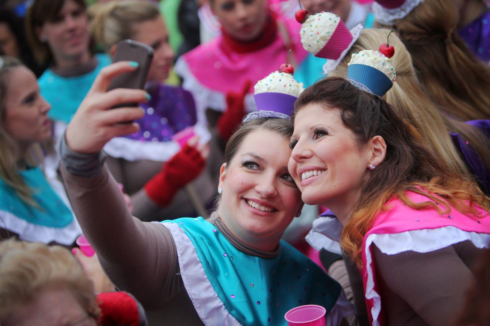 Weiberfastnacht in Mainz/ Karneval/ Selfie/ Smartphone