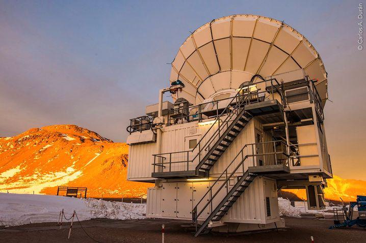 Das Atacama Pathfinder Experiment (APEX) ist eines der Radioteleskope, mit denen Centaurus A beobachtet wurde