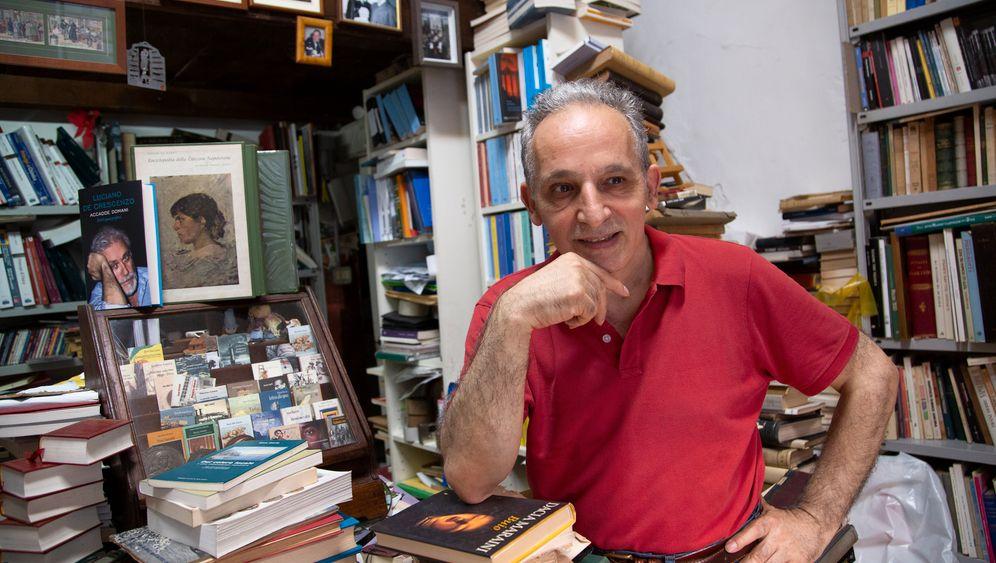 Raimondo Di Maio in seiner Buchhandlung Dante & Descartes