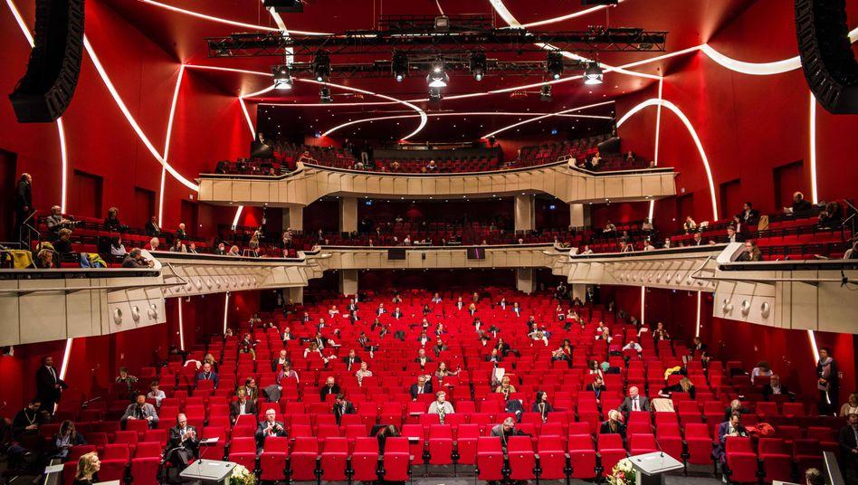 Politik statt Kultur: Im Deutschen Theater München tagt der Stadtrat - um den geforderten Abstand einzuhalten