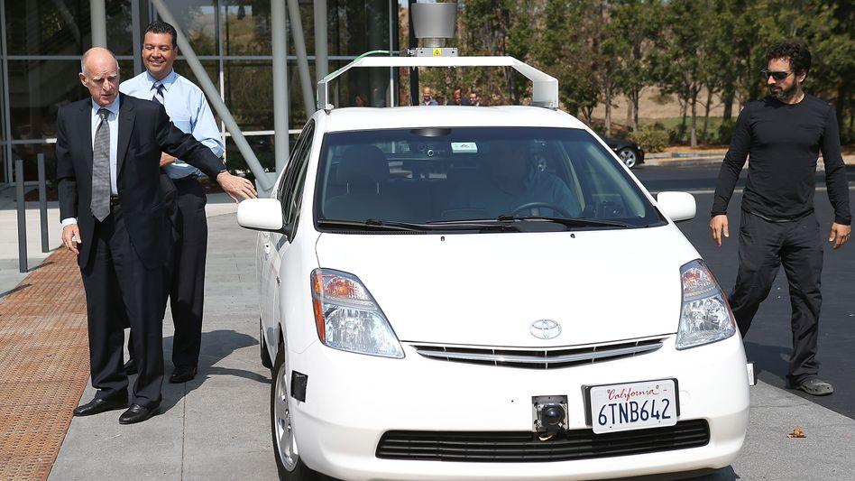 Los geht's: Gouverneur Jerry Brown, Senator Alex Padilla und Google-Mitgründer Sergey Brin