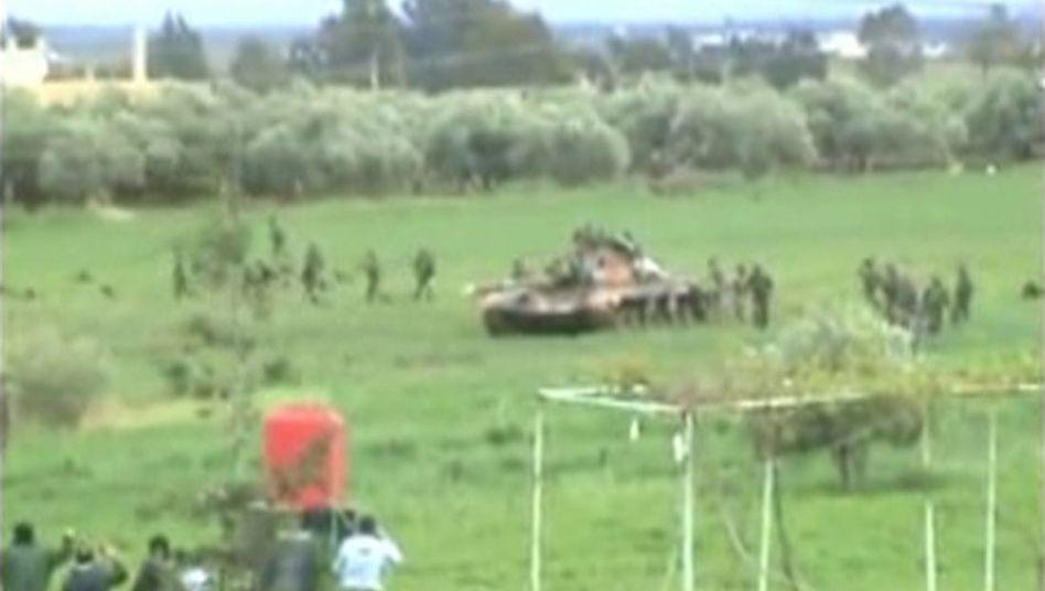 Videobild, bereits am Sonntag in einem sozialen Netzwerk hochgeladen: Panzereinsatz in der Nähe von Daraa
