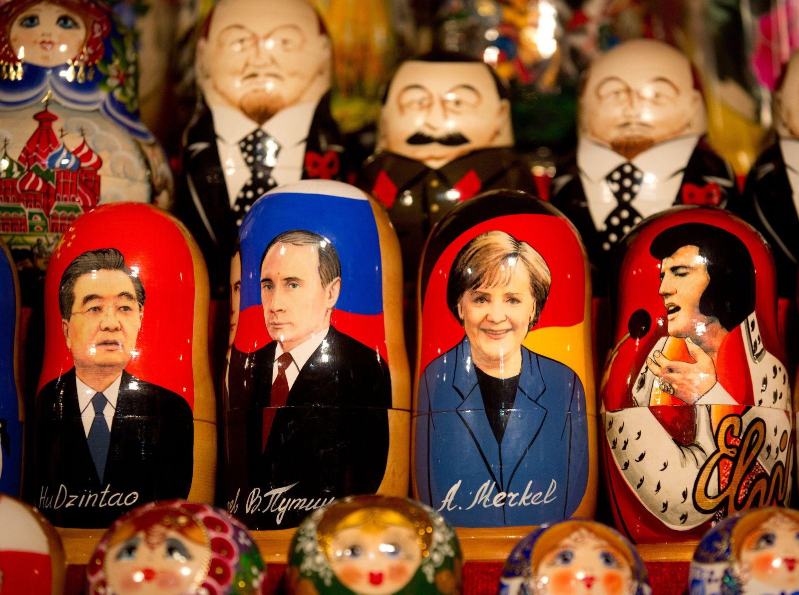 Merkel und Putin als Matrjoschkas