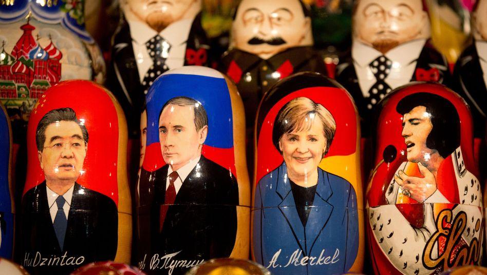 Matroschkas mit Putin und Merkel (an Stand vor dem Kreml): Hauch von Kaltem Krieg