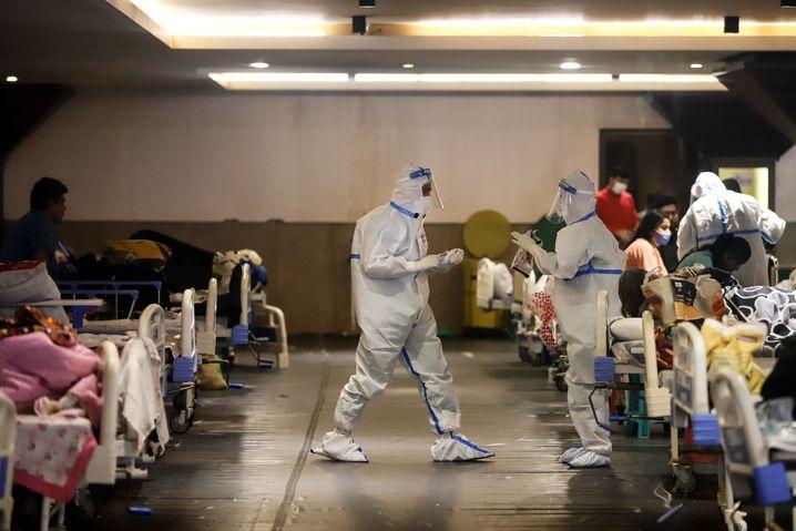 Patienten in der Shehnai Banquet Hall in Neu-Delhi, einem Veranstaltungszentrum, das temporär in eine Covid-19-Isolierstation verwandelt wurde