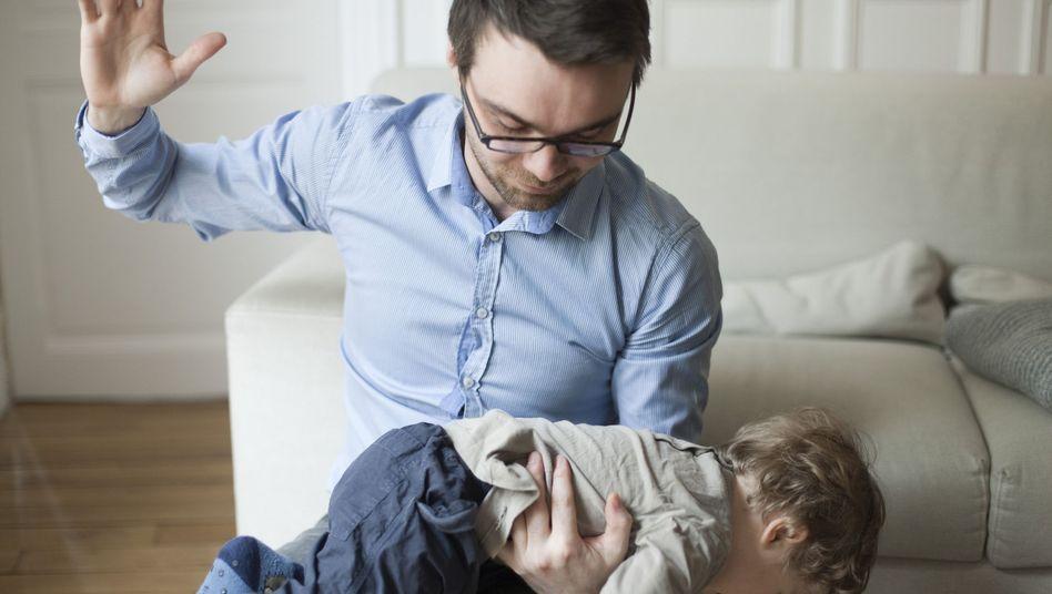 Klaps auf den Po (Symbolbild): Jungen werden häufiger geschlagen als Mädchen