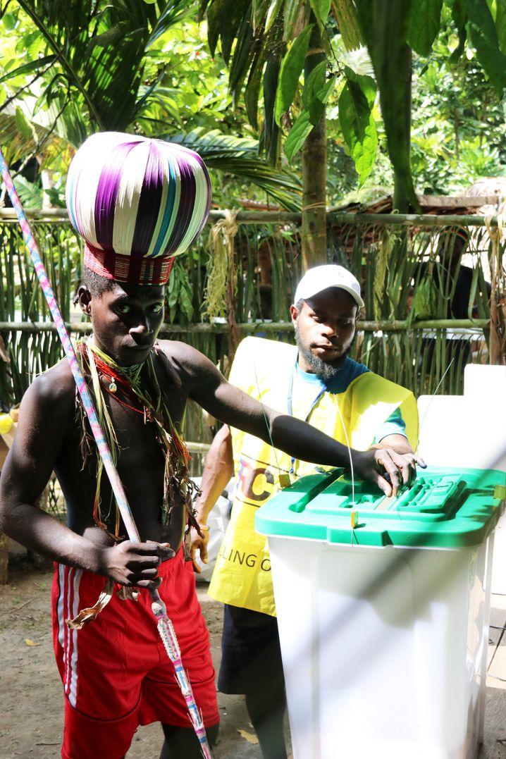 Bürger Bougainvilles bei der Stimmabgabe Ende November