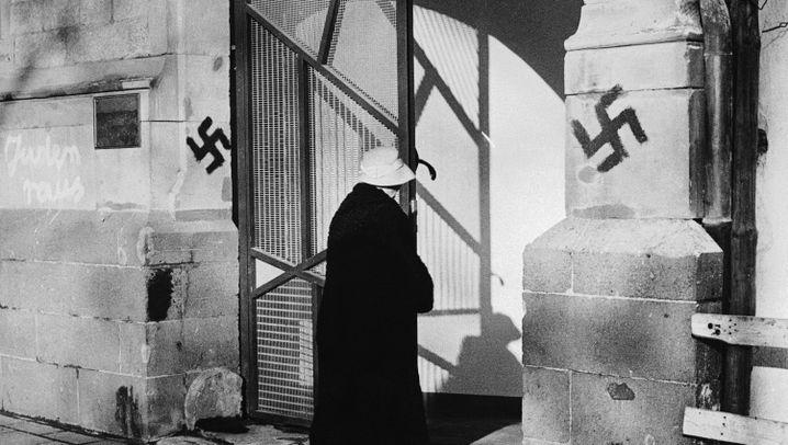 Antisemitismus: Hakenkreuze und Hitlergruß
