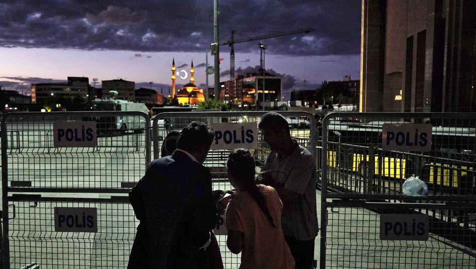Angehörige von Inhaftierten vor einem Gerichtsgebäude in Istanbul