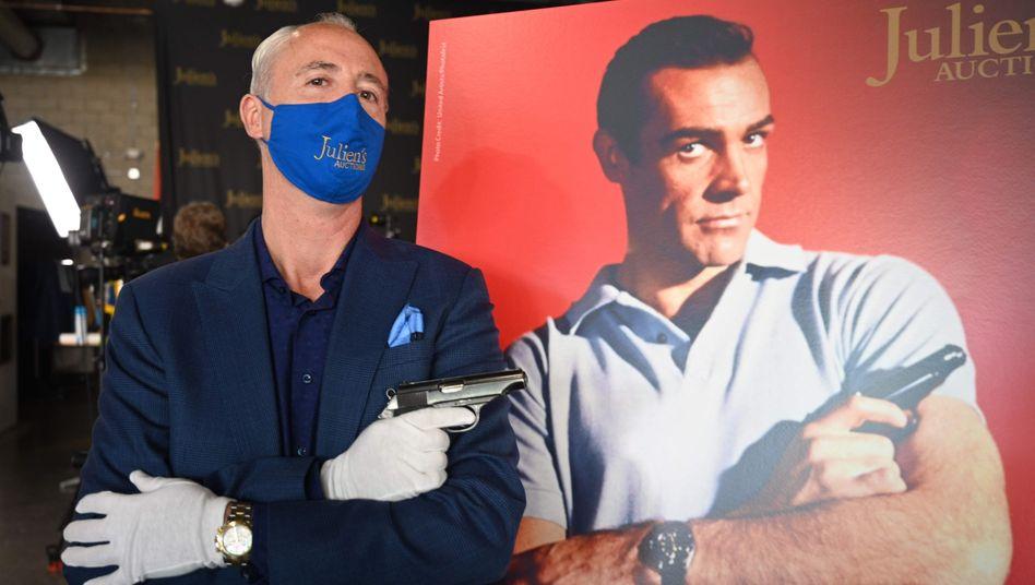 Auktionator Martin Nolan mit Bond-Waffe: Eine alte Walther PP für eine Viertelmillion