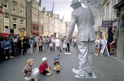 """Die Straße als Bühne: Das Edinburgher Festival """"The Fringe"""" ist als Alternative zum offiziellen """"Edinburgh International Festival"""" entstanden"""