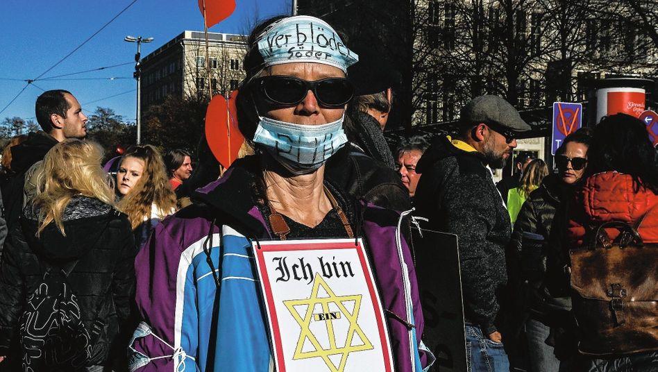 Teilnehmer einer »Querdenker«-Demonstration:»Antisemitische Grundmuster verbreiten«