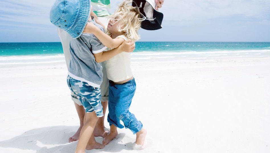 Werden Geschwister handgreiflich, sollten Erwachsene unbedingt eingreifen, fordert Jesper Juul
