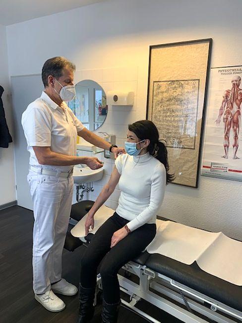 Dr. Harald Böttge mit Patientin in seiner Hausarztpraxis in Saarbrücken-Ensheim