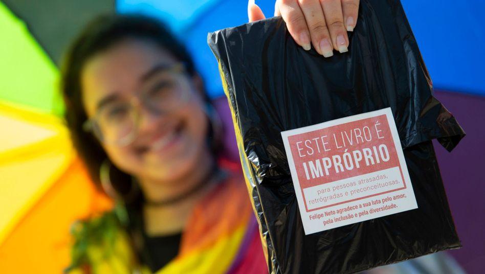 Ein in schwarze Folie gehülltes Buch auf der Buchmesse in Rio de Janeiro
