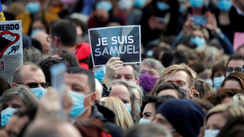 Menschen versammeln sich auf dem Place de la République in Paris, um Samuel Paty zu gedenken