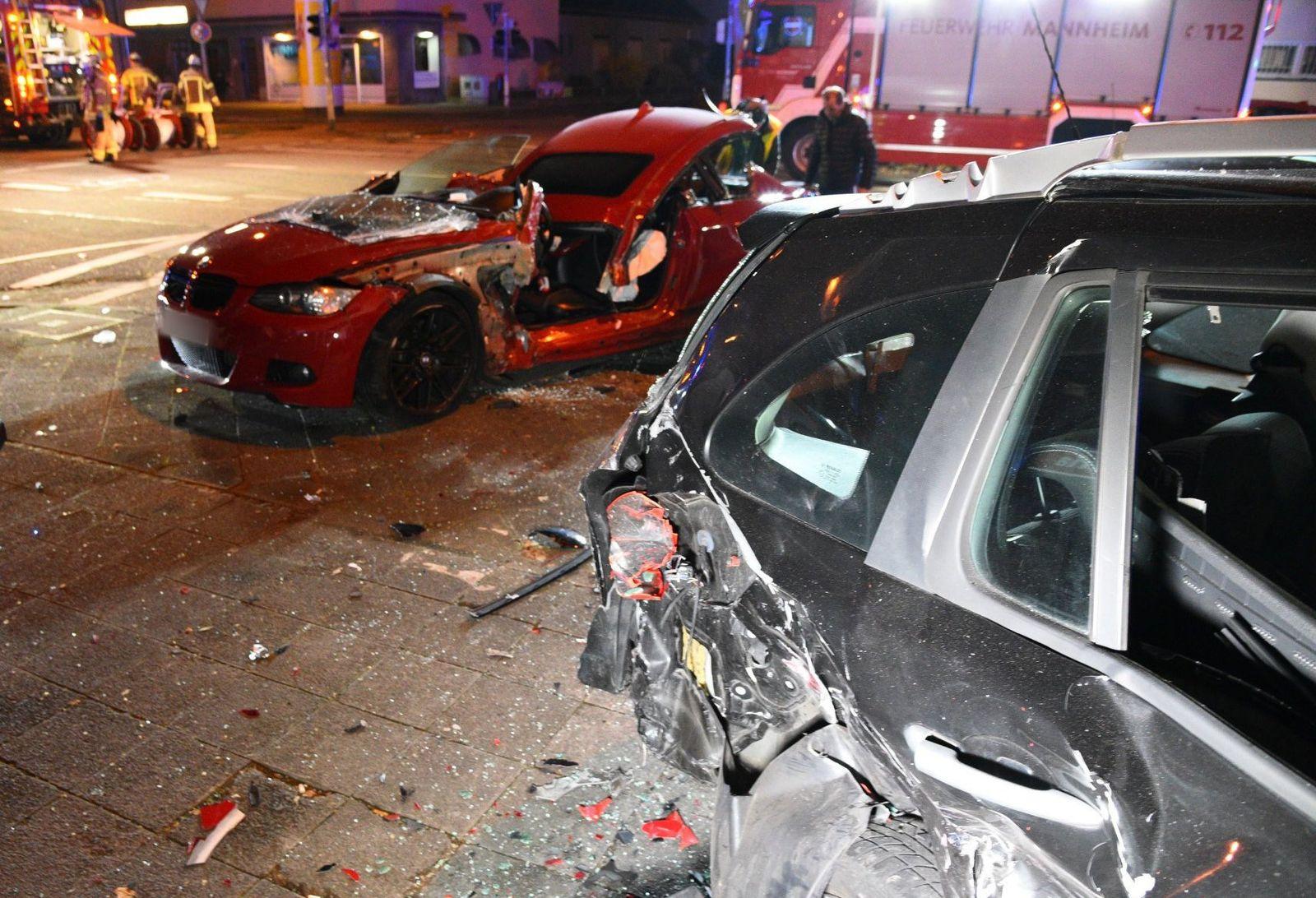 Sportwagenfahrer schleudert in parkende Autos