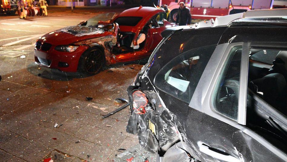 Unfallbild, hinten der zerstörte BMW des Verursachers