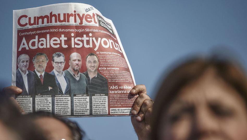 """Demonstrant mit """"Cumhuriyet""""-Ausgabe (Archivaufnahme)"""