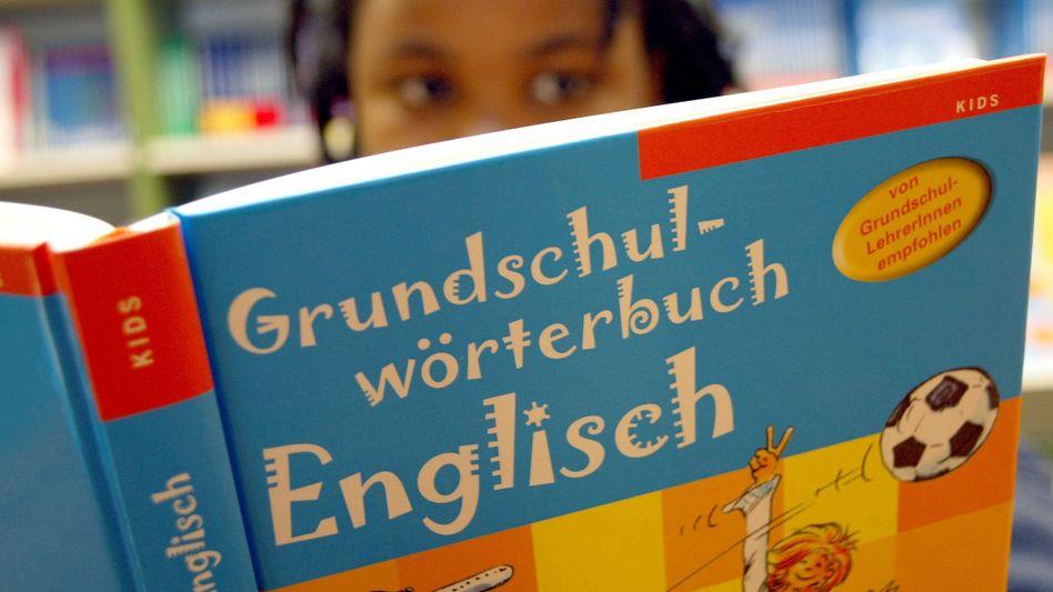 Grundschülerin mit Wörterbuch