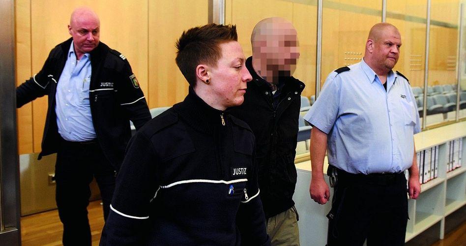 Angeklagter S. (2. v. r.), Justizbeamte: »Friedlicher Widerstand ist in Deutschland unmöglich«
