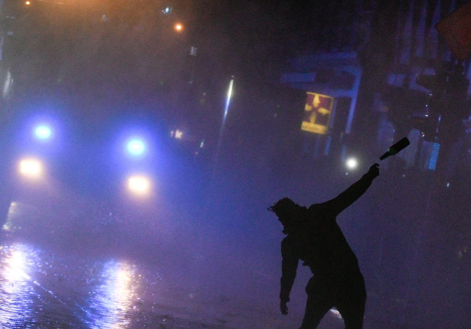 Haft für Flaschenwurf auf Polizisten nach G20-Demo