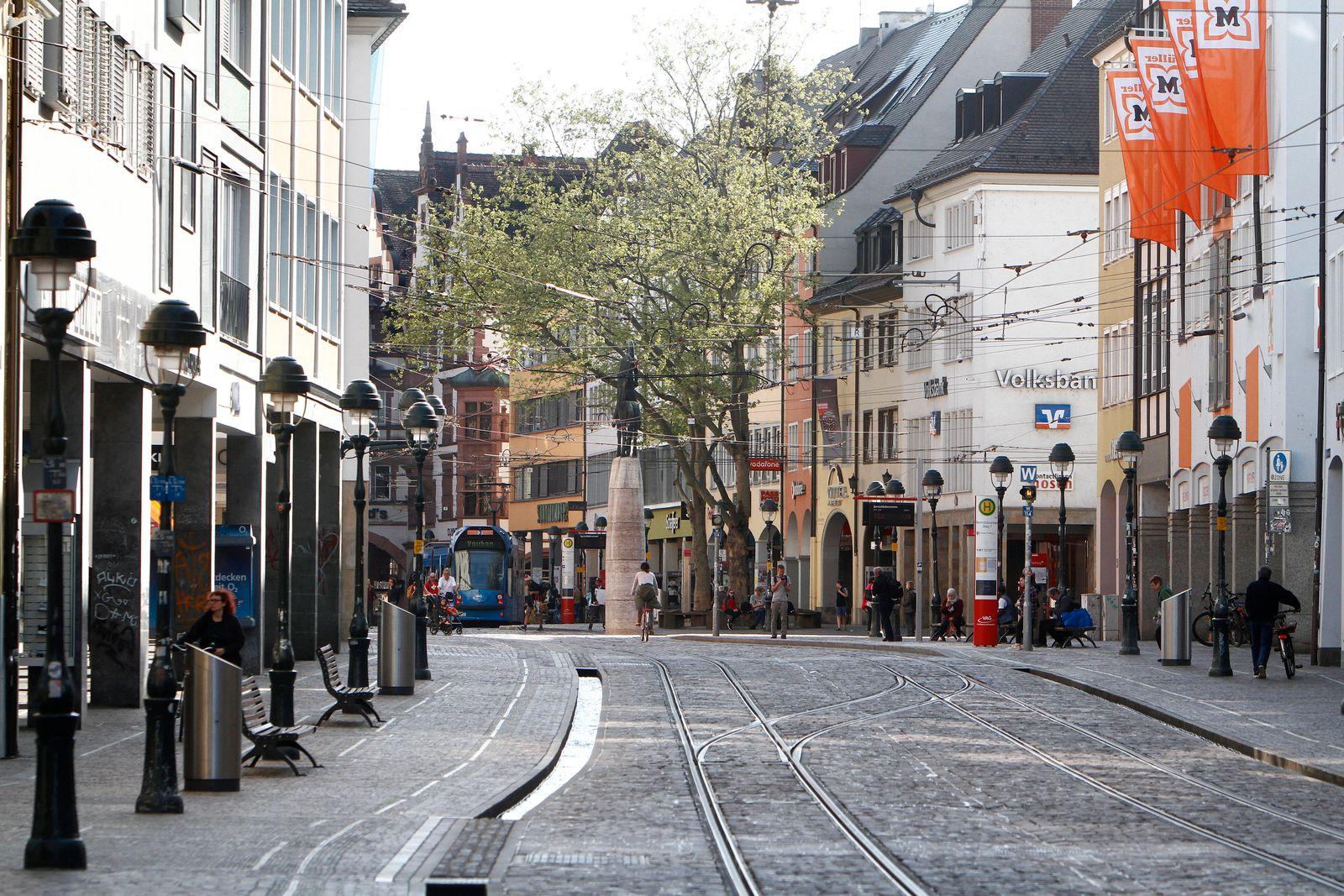Nahezu menschenleere Einkaufsstraße und Fußgängerzone Kaiser Joseph Straße in der Innenstadt von Freiburg im Breisgau,